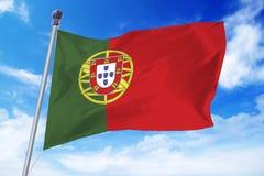 Flagga av Portugal som framkallar mot en klar blå himmel Royaltyfri Fotografi