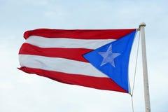 Flagga av Puerto Rico på Castillo de San Cristà ³bal, San Juan Royaltyfri Fotografi