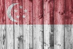 Flagga av Singapore på ridit ut trä Royaltyfri Bild