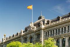 Flagga av Spanien som fladdrar på byggnad av banken av Spanien i Madrid Royaltyfri Fotografi