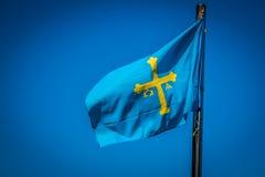 Flagga av spansk Asturias autonom gemenskap som vinkar i vinden Arkivbilder