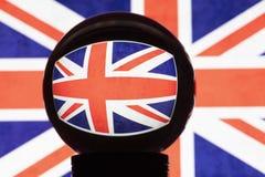 Flagga av Storbritannien i reflexion på en kristallkula royaltyfri foto