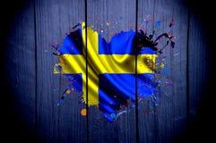 Flagga av Sverige i formen av hjärta på en mörk bakgrund arkivbilder