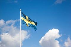 Flagga av Sverige, molnig himmel Royaltyfri Fotografi