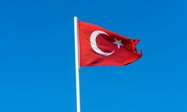 Flagga av Turkiet på blå himmel Fotografering för Bildbyråer