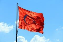 Flagga av Turkiet på flaggstång royaltyfria bilder