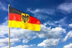 Flagga av Tyskland Förbundsrepubliken Tyskland; i tysk: Bundesrepublik Deutschland som vinkar i vinden Arkivfoton