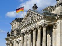 Flagga av Tyskland på Reichstag som bygger Berlin Royaltyfria Bilder