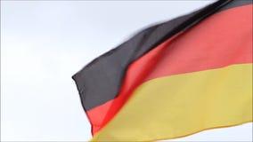 Flagga av Tyskland som blåser i vinden arkivfilmer