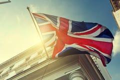Flagga av UK på byggnad Arkivbild