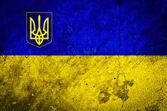 Flagga av Ukraina på betongväggtextur Arkivbilder