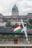 Flagga av Ungern på kunglig slott för flne Arkivbild