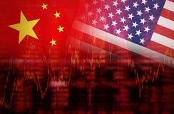 Flagga av USA med flaggan av den Kina downtrendaktiemarknaden Fotografering för Bildbyråer
