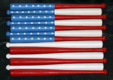 Flagga av USA på baseballslagträn på väggen royaltyfri fotografi