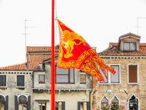 Flagga av Venedig med ett guld- bevingat lejon av San Marco Royaltyfri Foto