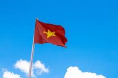 Flagga av Vietnam med blå himmel Royaltyfri Fotografi