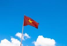 Flagga av Vietnam med blå himmel Arkivbild