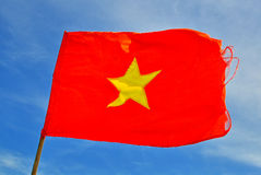 Flagga av Vietnam med blå himmel på bakgrund Arkivbilder
