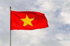 Flagga av Vietnam på himlen Royaltyfri Fotografi