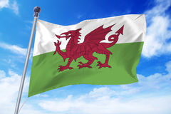 Flagga av Wales som framkallar mot en klar blå himmel Arkivbilder