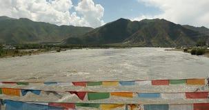 flagga för bön 4k på den lhasa floden, Tibet arkivfilmer