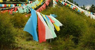 flagga för bön 4k på det lhasa berget, Tibet stock video