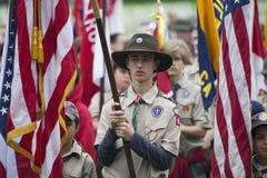 Flagga för Boyscouts skärmUSA på den högtidliga Memorial Day händelsen 2014, Los Angeles nationell kyrkogård, Kalifornien, USA Royaltyfria Bilder