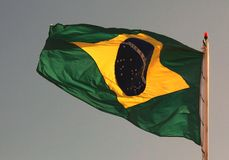 Flagga för Brasilien ` s i färger på solnedgången Arkivfoto