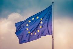 Flagga för europeisk union som flyger vinden i himmel, begrepp av enhet mellan EU-länder arkivbilder