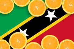 Flagga för helgon Kitts och Nevis i citrusfruktskivahorisontalram royaltyfria bilder