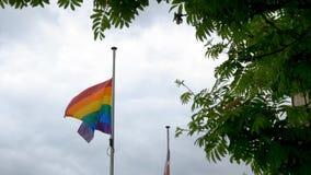 Flagga för LGBT-regnbågestolthet som vinkar på vind på molnig brittisk himmelbakgrund i northampton England royaltyfri foto