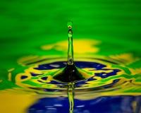 Flagga för makro för slut för Brasilien vattendroppande av landet royaltyfri bild