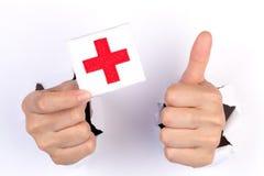 Flagga för Röda korset för kvinnahand hållande Royaltyfri Bild