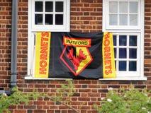 Flagga för supportrar för Watford fotbollklubba som fästas till fönsterramar arkivbild