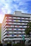 Flagga för upphängning Singapore för bostads- byggnad Royaltyfria Foton
