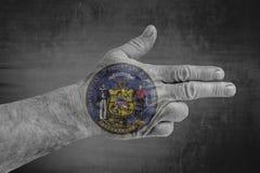 Flagga för USA-stat av den Wisconsin skyddsremsan som målas på den manliga handen som ett vapen arkivfoto