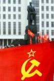 Flagga med sovjetiska symboler och Lenin Fotografering för Bildbyråer
