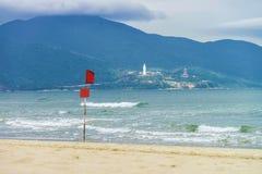 Flagga och den Kina stranden i Danang i Vietnam Royaltyfri Foto
