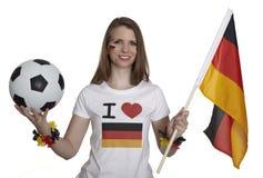 Flagga och fotboll för attraktiva kvinnashower tysk arkivfoto