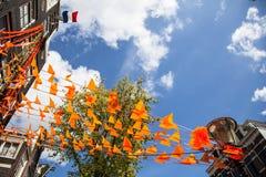Flagga och garneringar på dag för konung` s i Amsterdam Arkivbild