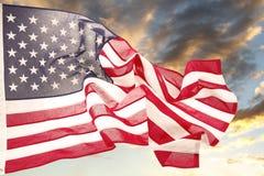 Flagga och himmel Arkivfoto