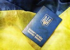 Flagga och pass av Ukraina Arkivbilder