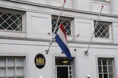 FLAGGA PÅ DEN HALVA MASTEN PÅ DEN HOLLÄNDSKA AMBASSADEN Royaltyfri Bild