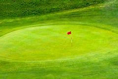 Flagga på GolfGreen Royaltyfri Bild