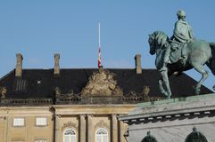FLAGGA PÅ HALV MAST_PRINC EHENRIK PASSEDAWAY Arkivfoton