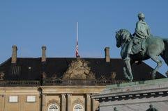 FLAGGA PÅ HALV MAST_PRINC EHENRIK PASSEDAWAY Royaltyfri Fotografi