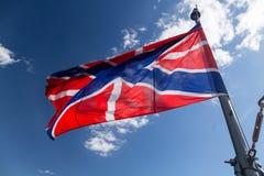 Flagga på kryssaremorgonrodnad Linjär kryssaremorgonrodnad, symbolet av den stora Oktober socialistrevolutionen Arkivfoton