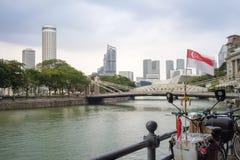 Flagga som vinkar förbi den Singapore floden Royaltyfri Bild