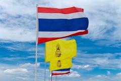 flagga Thailand med flaggakonung Himmelmolnbakgrund Royaltyfri Foto