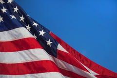 flagga USA amerikanska flaggan Amerikanska flaggan som blåser vind Royaltyfri Bild